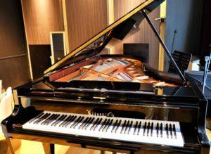 蓋のあいたグランドピアノ