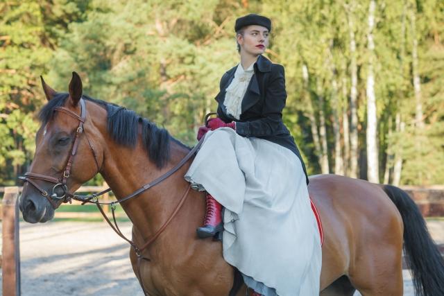 馬に乗る美しい女性