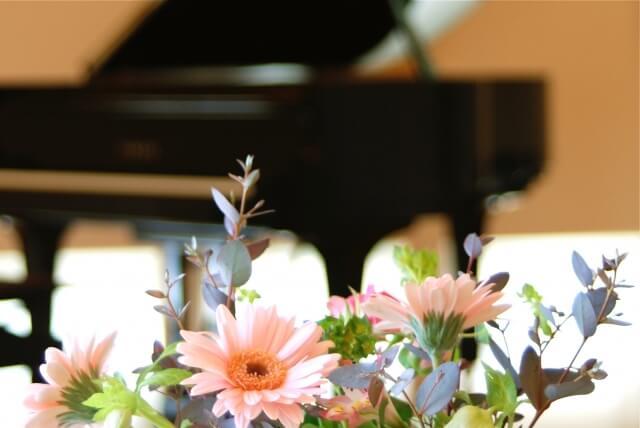 ステージのグランドピアノ