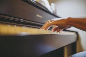 ピアノを弾く両手