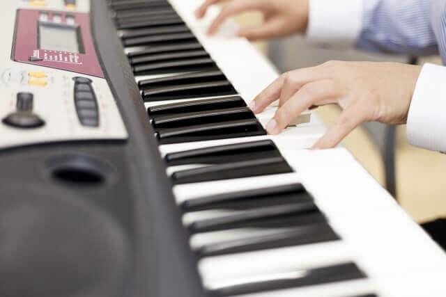 電子ピアノを弾く子供の両手
