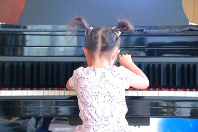 ピアノを弾く幼女の後ろ姿