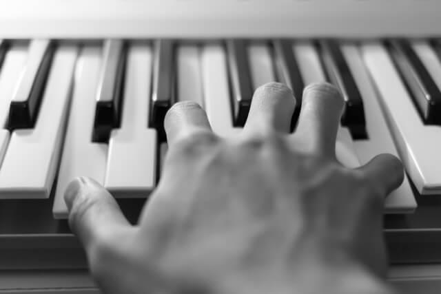 ピアノを弾く右手