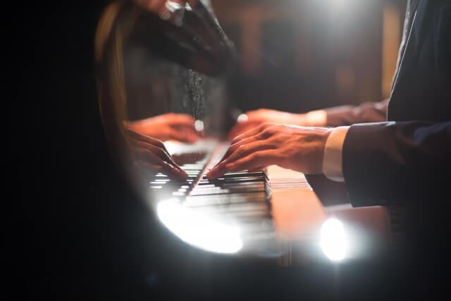 男性ピアニストの両手
