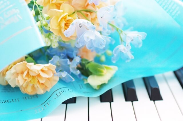鍵盤の上の花束