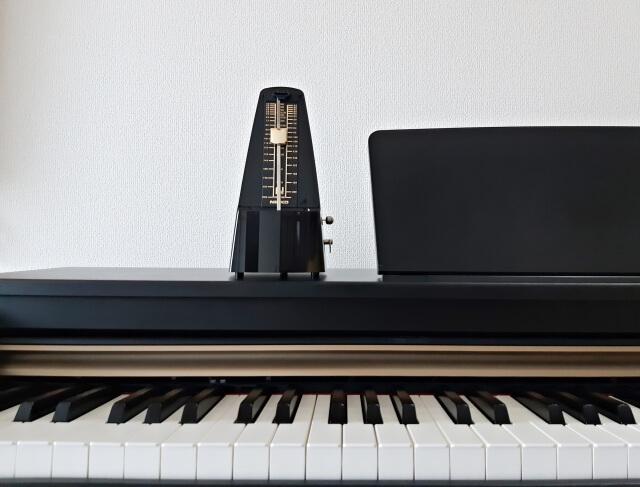 鍵盤とメトロノーム