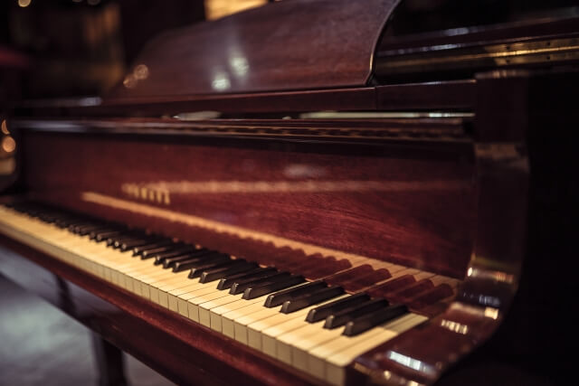 茶色のグランドピアノ