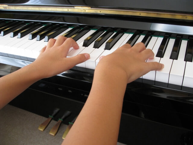 ピアノを弾く子供の両手