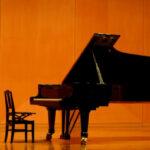 ステージ上のグランドピアノ