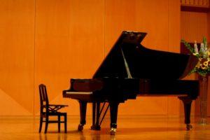 舞台の上のグランドピアノ