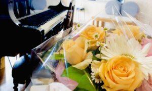 グランドピアノと花束