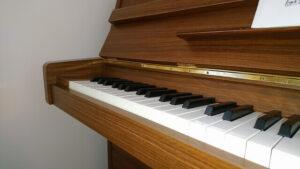 茶色のアップライトピアノ