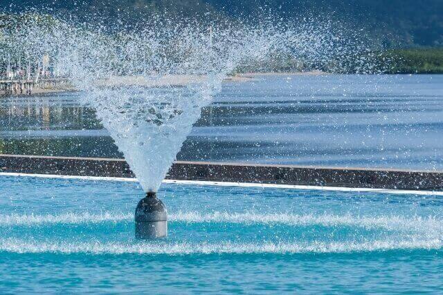 水しぶきをあげる噴水